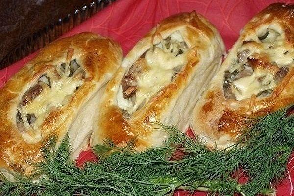 Лодочки из слоеного теста с картофелем, мясом и огурчиками
