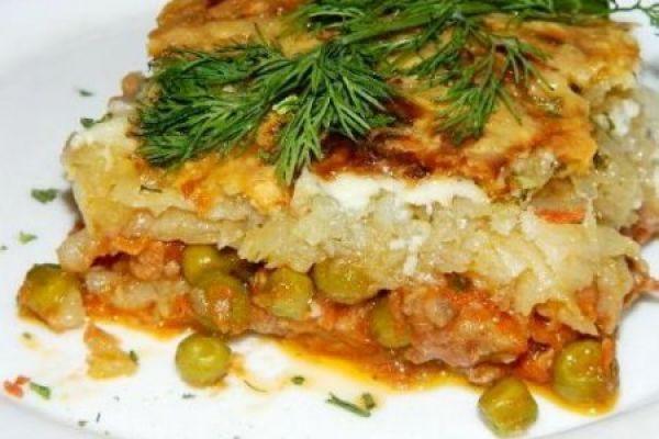 Картофельная запеканка с зеленым горошком и фаршем
