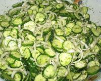 Салат «Сырой» из огурцов на зиму— чесночные свежие хрустящие огурчики!