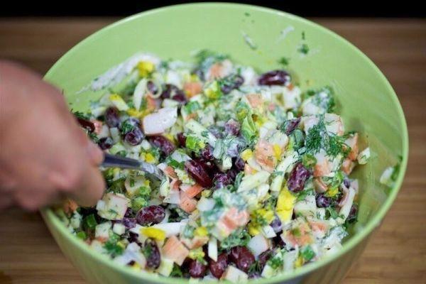 Крабовый салат с красной фасолью