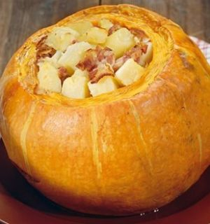 Тыква, фаршированная мясом и грибами с печеной картошкой