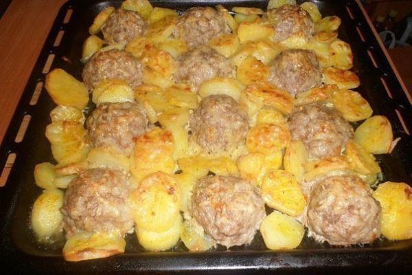 Мясные ежики с картошкой под сыром