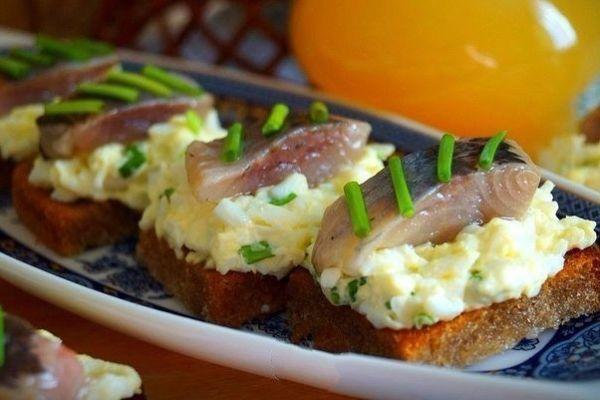 Гренки с яйцом и селёдочкой