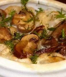 Пельмени в горшочках с грибами и сметаной