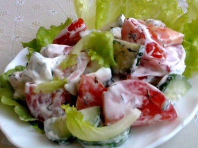 салат из огурцов и томаиов