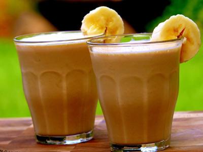 Молочный коктейль из разных фруктов