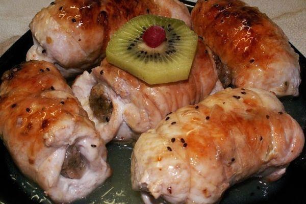 Куриные рулетики, фаршированные яйцом, сыром и зеленью