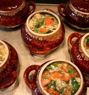 Три запечённых блюда в горшочках: картофель с рисом, с овощами и вкусная тушеная картошка