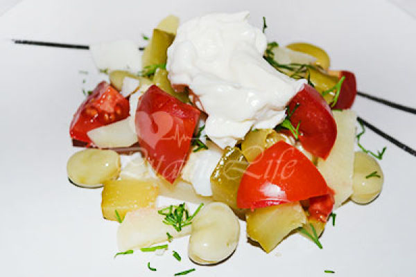 Салат из овощей с яйцом и сметаной