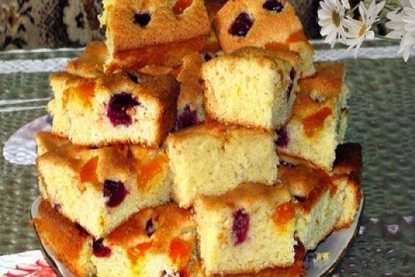 Пирог на минералке с фруктами
