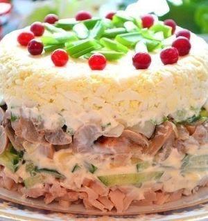 Слоеный куриный салат с яйцами и грибами
