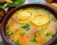 Куриный суп с чесночными галушками рулетиками