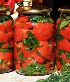 Дольки помидоров с чесноком и зеленью