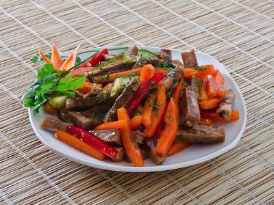 Вареное мясо с овощами