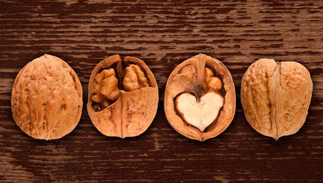 грецкие орехи не столе