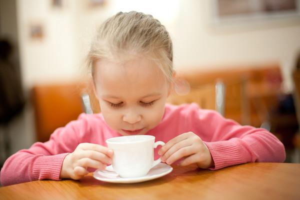 ребенок с чашкой