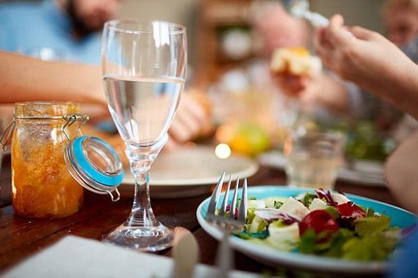 Стоит ли пить воду после еды